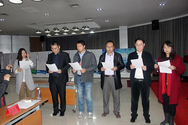 理事會員莊嚴的讀宣誓詞