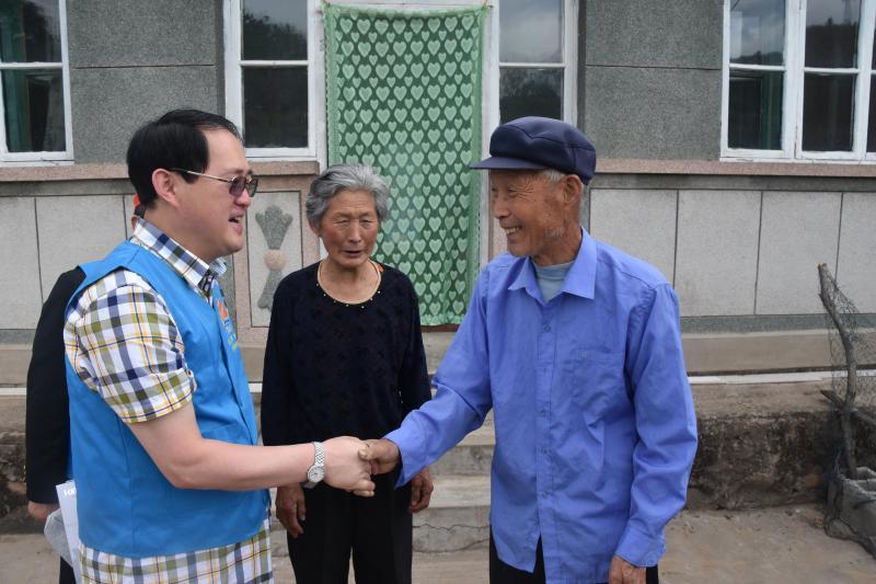 龙8国际long8805成员慰问老兵
