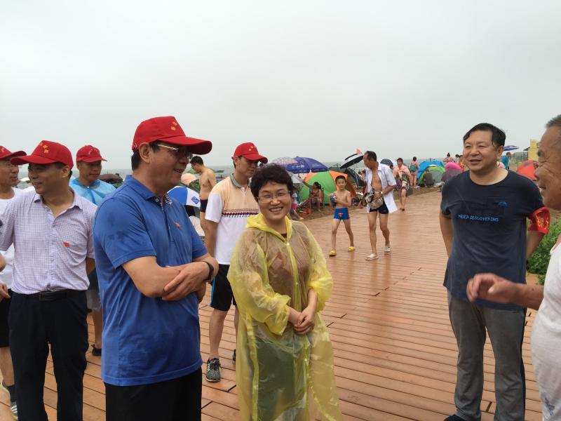 秦皇岛市委常委、组织部部长、统战部部长 刘文萍带领我们雨中奋战
